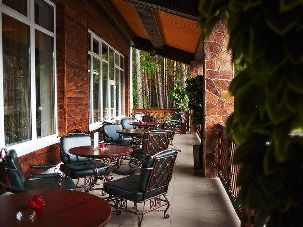 Лобби-бар с летней верандой