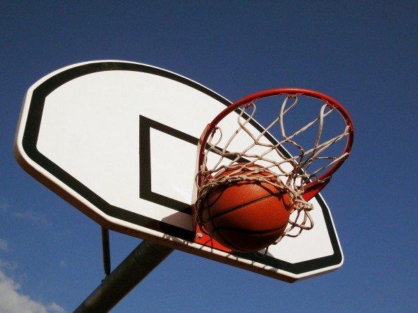 Площадка для игры в волейбол и баскетбол