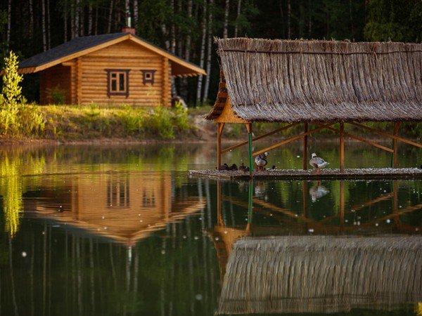 Семейная русская баня у пруда