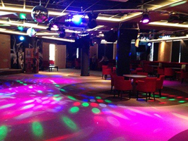 Бары в ночном клубе и боулинге