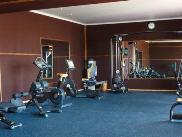 Тренажёрный зал и спортивная площадка