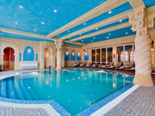 Крытый бассейн с гидромассажем