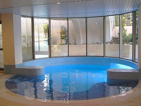 Крытый бассейн с морской подогреваемой водой