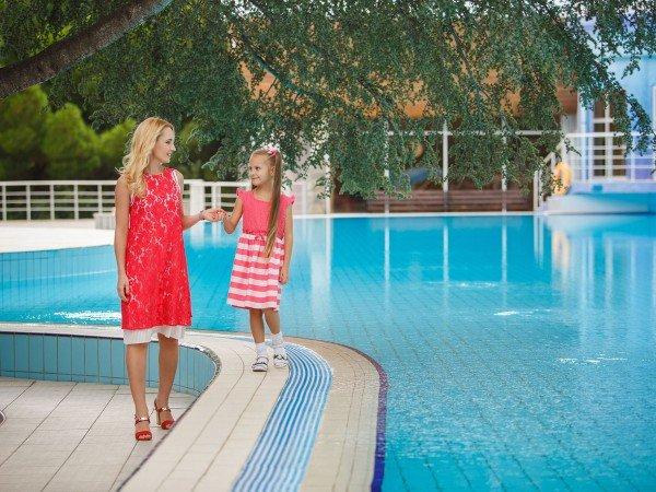 Детская зона в открытом бассейне