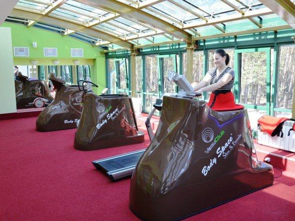 Фитнес-зал с вакуумными тренажерами