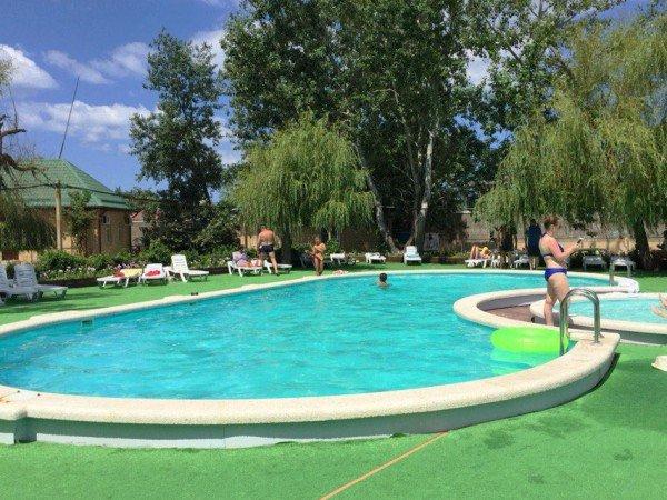 Открытый бассейн с лежаками