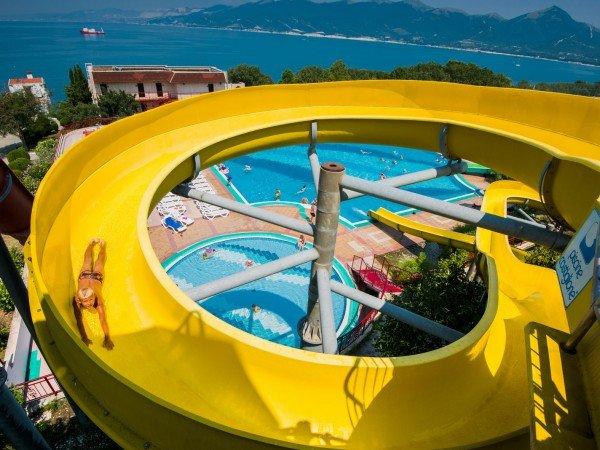 Открытый бассейн с горками