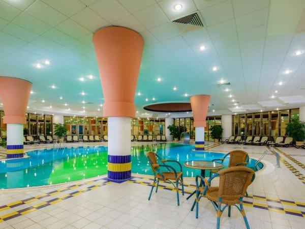 Крытый бассейн с каскадом