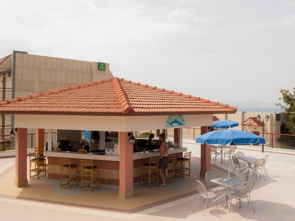 Летний бар «Дельфин» у открытого бассейна